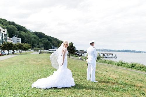 16-5-Looch-Lauren-Worl-Seattle-Wedding-Photography-Nicole-Barkis-Photographer-First-Look-21